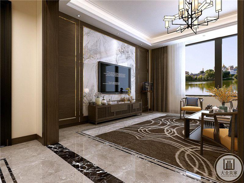 客厅电视墙是白底黑纹的大理石,整个空间色调是优雅的木色,棕色的窗帘与木色相近,同色系的地毯铺在地面上,整个空间由棕色和木色串起来,显得十分和谐。
