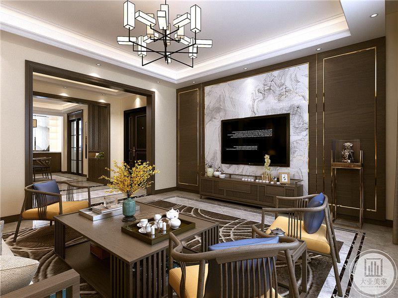 中式的桌椅茶几十分文雅,桌椅茶几统统采用明清样式的木质家具,纤细柔顺的线条极富美感。木色的家具质感高级。所有的元素加起来使客厅达到了惊人的和谐舒适。