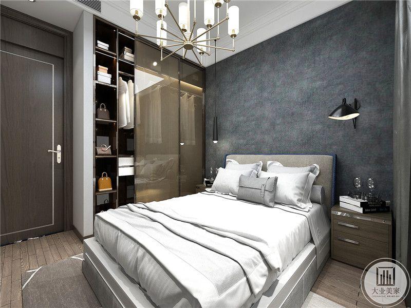 卧室床头墙是深灰色,床铺则是浅灰色,整体空间由灰,白,木色几种色调。简约质朴。