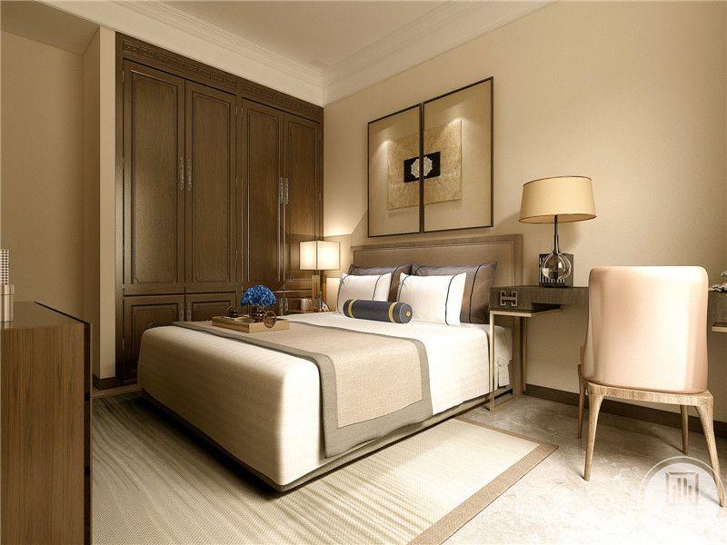 主卧室是深沉的木色,床铺两侧分别放着床头柜和书桌椅,一水儿的木色和肌肤色令卧室显得十分温柔,阳光顺着窗户洒下来,就又多了一丝慵懒的感觉。