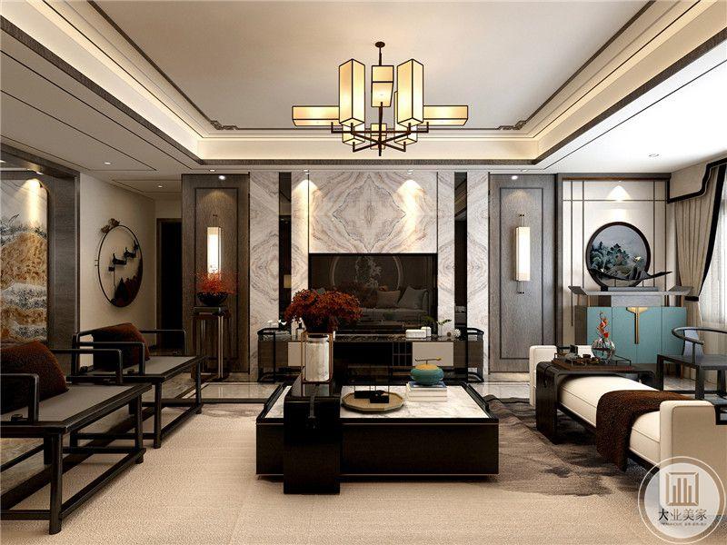 客厅电视墙是带底纹的大理石板,中式的吊灯下是方形的茶几,茶几两侧是中式的木质椅子和软塌