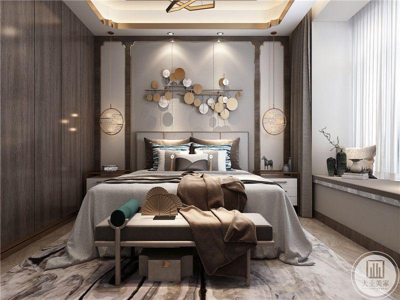 卧室床头墙上用金银二色的圆片做装饰,整个卧室是浅灰色的优雅色调,阳台处是榻榻米的样式,放着插花。新中式与轻奢风格在卧室完美融合