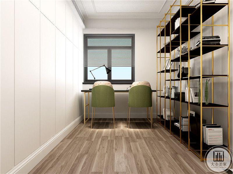 书房布置简单,只是桌椅陈列加上右侧一个框架样式的书架