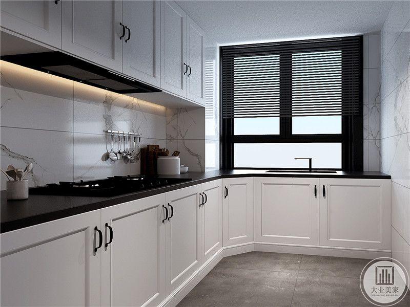 厨房是L形的设计,白色的橱柜给人一种优雅整洁的感觉,窗户是不锈钢的百叶窗,放在厨房再适合不过
