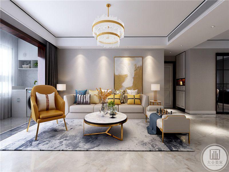 客厅沙发墙是浅灰色的漆面,靠右侧的地方装饰了一幅橙黄底调的艺术画,沙发是米色的布艺沙发,茶几是小巧的圆桌,上面放着插花