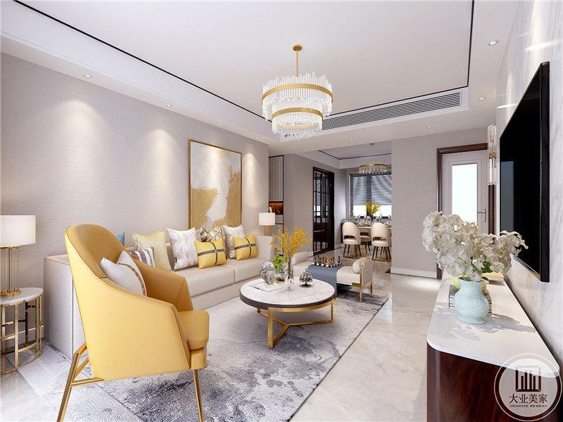 客厅是大理石的地面,上面铺设的事浅灰色的地毯。