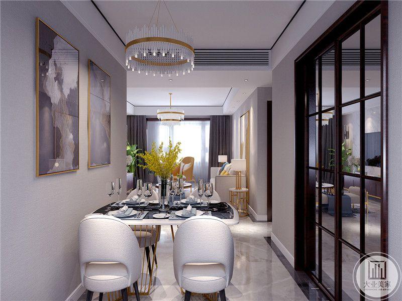 餐厅是四人桌椅,简单温馨,背景墙上是简单的装饰画