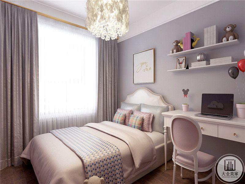 儿童房是浅粉色的色调,床边有书桌和椅子