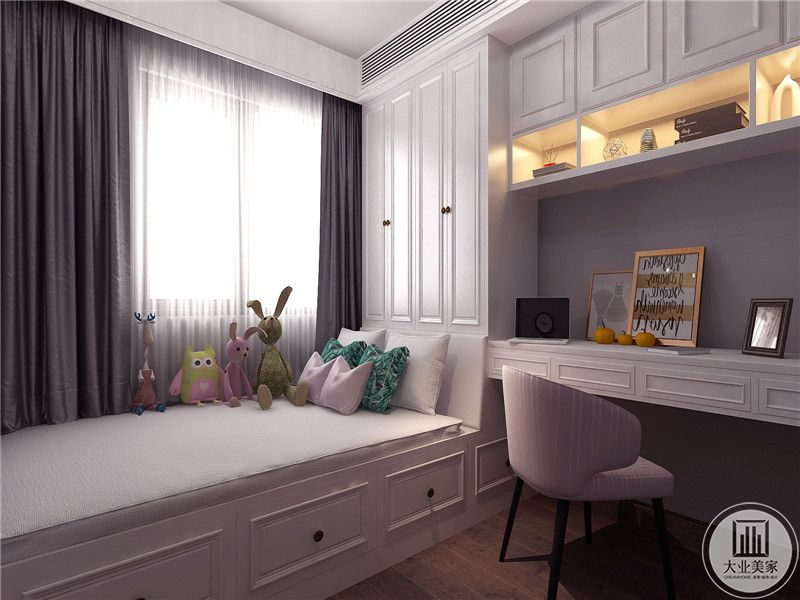 书房是榻榻米样式,简洁大方,休息的榻上摆放着小玩具,窗帘是灰紫色的温柔布料,给书房增添了一丝神秘温柔