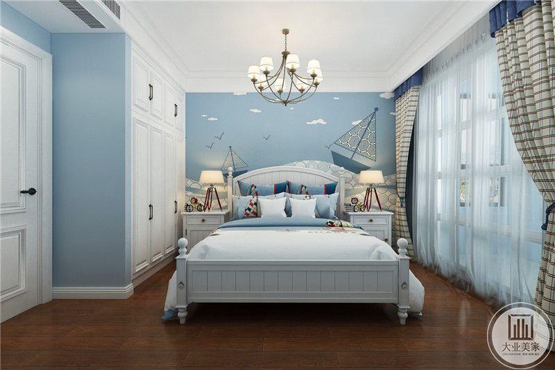 儿童房是浅蓝色的色调,白色的床铺,白色与蓝色的搭配向来令人惊艳,大大的阳台被白色的轻纱遮挡了起来,朦胧曼妙