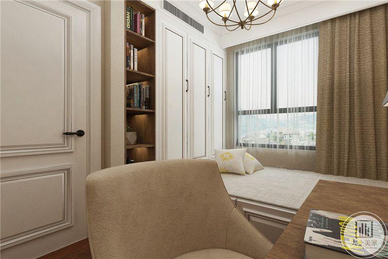 另设有一间书房,布置成榻榻米的样式,整体是米色和木色的色调,看起来柔软而又温暖