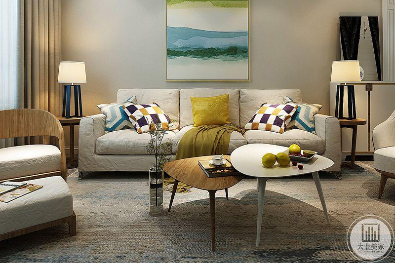 客厅是米白色的布艺沙发,黄绿色的软枕与墙壁上的装饰画浑然一体,是整个客厅更显活泼,生动