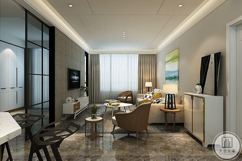 客厅电视墙是灰棕色背景,与窗帘的颜色相仿,柔软温馨