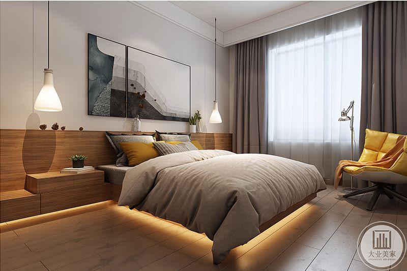 卧室灯光设计的极其精妙,大部分空间都采用了木板,加上暖色的灯光使卧室温暖舒适,浅灰棕色的被子更是显得慵懒舒服