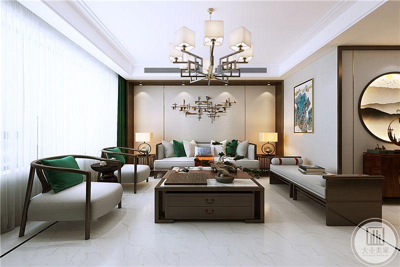 客厅地面时白色的大理石材质,沙发背景墙是简单的金属装饰品。木制的沙发与方形的木质茶几显示深厚古风古韵。沙发上浅灰色的软垫又令舒适感提高了好几个度