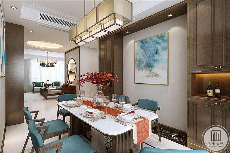在这个角度能看见玄关处是采用了圆形的山水画装饰,餐厅的装饰墙上也有与餐椅相称的背景画