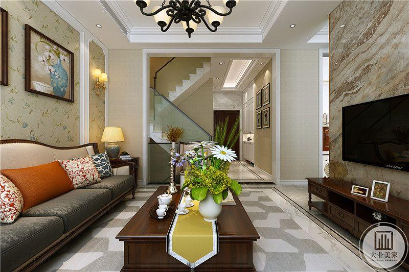 客厅是明显的小美式风格,色彩鲜艳的插花,蓝色小碎花的壁纸无不显示了这一点