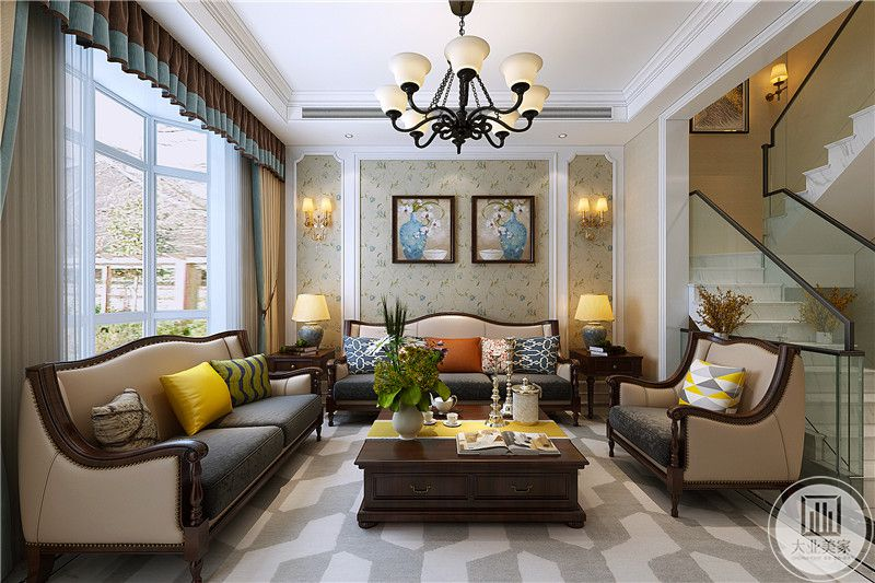 客厅沙发背景墙是浅色的小碎花壁纸,壁纸上装裱了两幅花瓶为内容的挂画,文艺气息十足