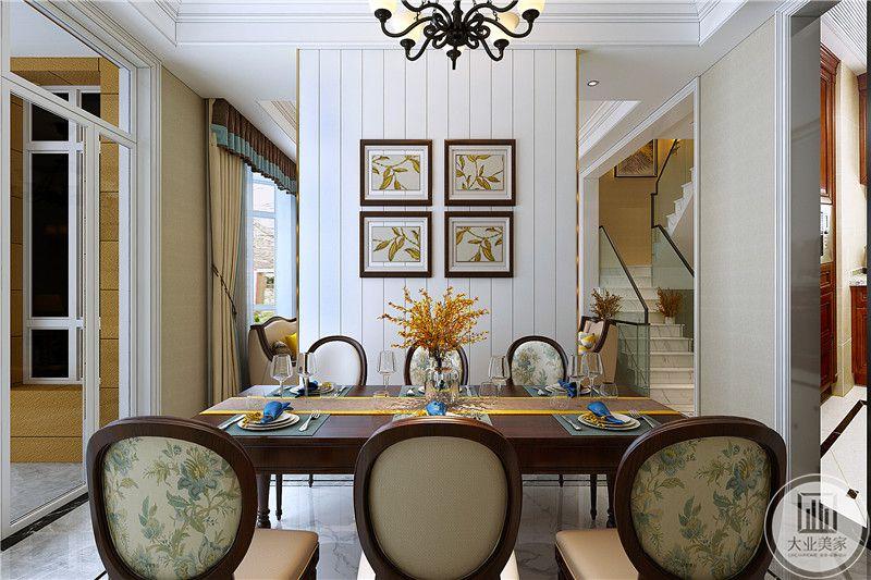 餐厅是一张六人长桌,以复古的昏黄色调为主要颜色,插花,挂画意面均采用统一的风格
