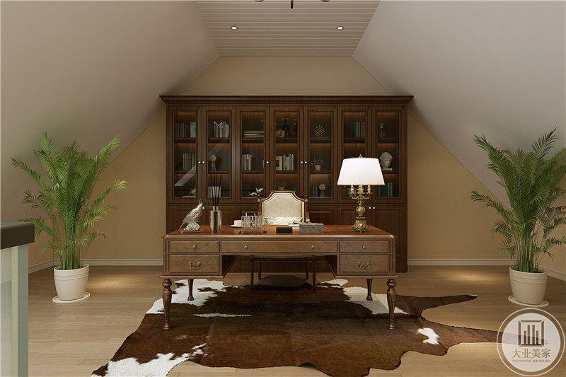 书房设置的、在阁楼,整体采用复古的牛皮纸色调,书桌椅,书橱以及地毯均是这种怀旧的复古色,优雅醇厚的文化感十足