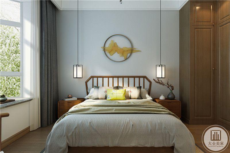 这间卧室线条及其简洁流畅,棕色的木柜位于角落,卧床是木质为底刷完设计,床铺是柔软的白色,床头柜上的插花带了些中式色彩