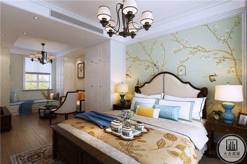 这间卧室分为两个空间,一半是卧室,另一半则是一个休息间