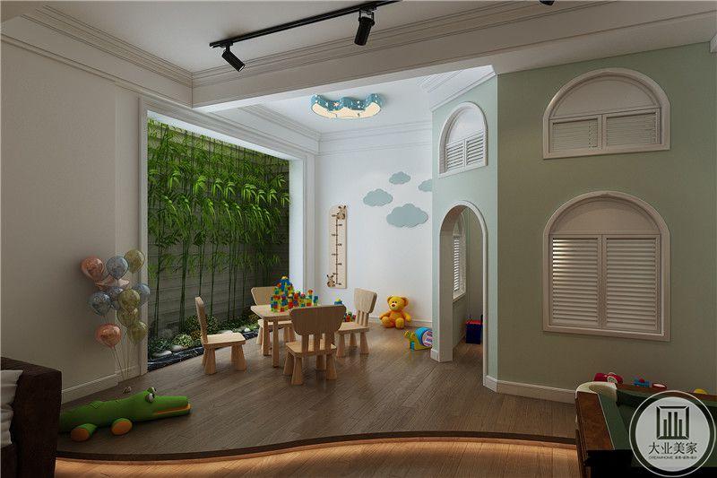 玩具房设置了矮小的桌椅和小房间,十分有趣