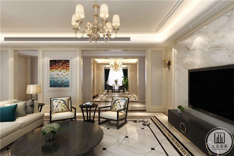 从这个角度看,能够看到深色的椭圆形茶几,客厅地板是有大理石板构成,电视背景墙也是浅色的大理石纹样