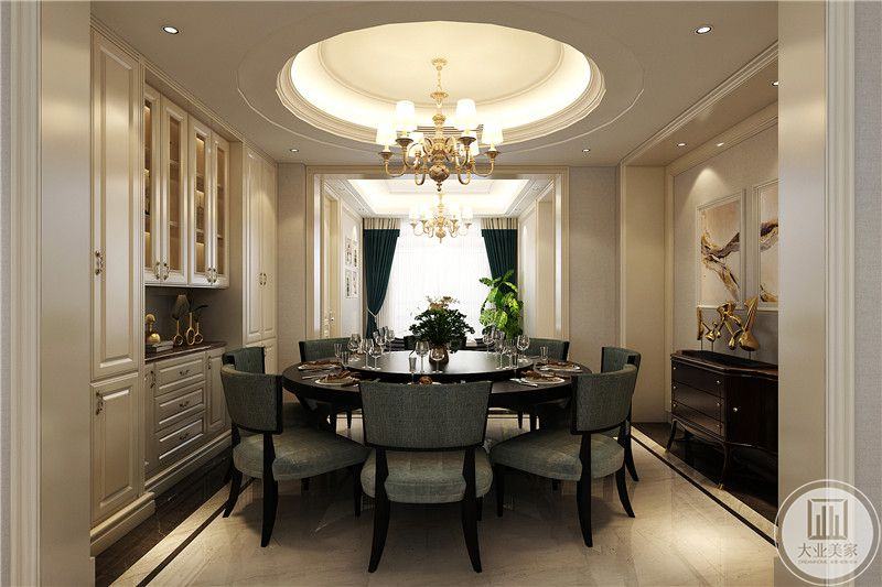 另一副餐桌则是较为正式的圆形餐桌,桌上附有转盘,是宴请宾客的地方
