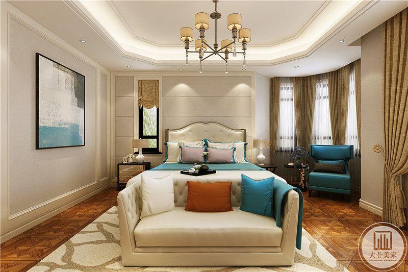 这一间卧室是欧式的宫廷风格,一束一束的窗帘显示了复古的优雅