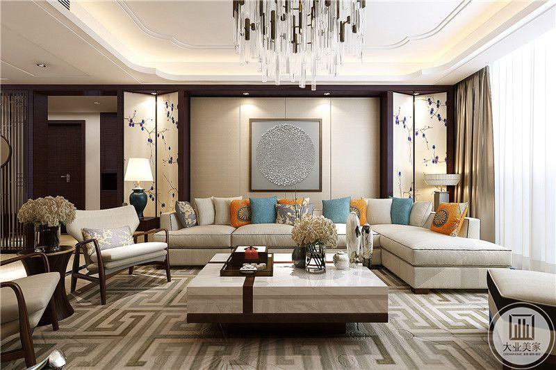 客厅是米色的布艺软沙发,两组长沙发,两张矮椅,同色系的茶几上摆放了茶具,插花,沙发墙的设计简洁大方,在两侧是屏风样式的两块长板上面是紫色的印花
