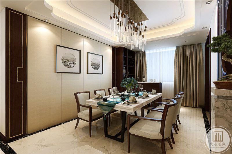餐厅一侧的墙壁上适量敷装饰画,右侧书大大的窗户和华贵的香槟色窗帘