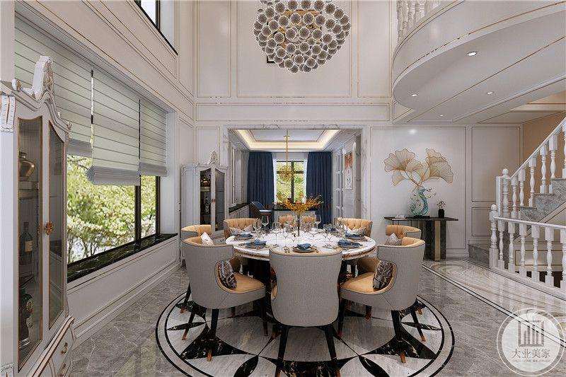 从这个角度可以看到餐厅空间的旁侧的优雅的欧式楼梯,以及楼梯口的置物台和装饰。