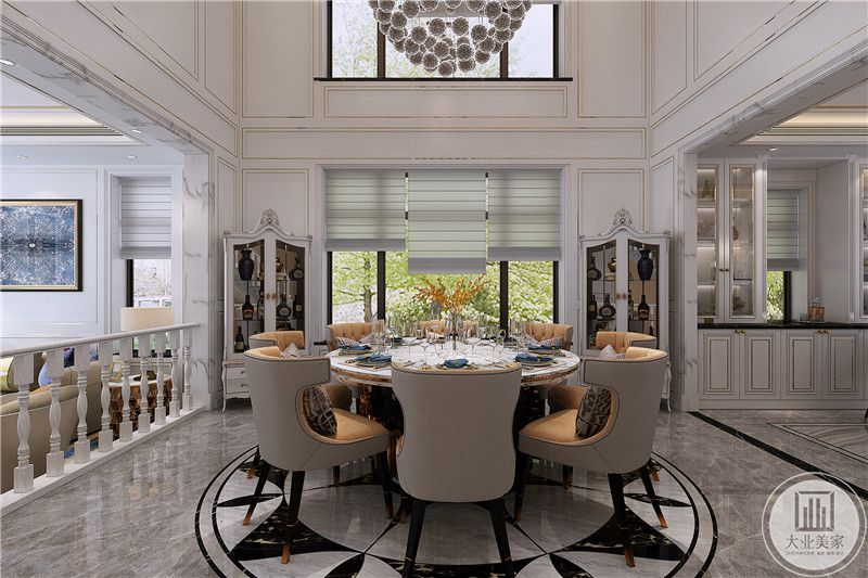 餐厅是一个比较正式的圆形对人桌椅,正对面是一扇大大的落地窗,窗帘是三股白色卷帘构成。餐桌下的地板设计了一个特殊的徽章样式,十分有仪式感。
