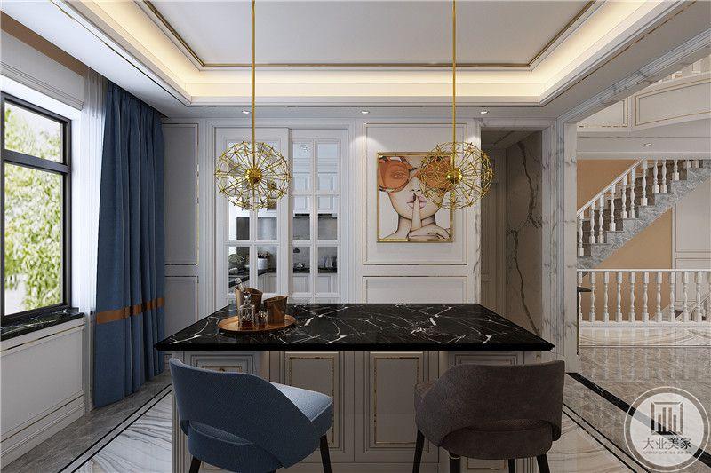 吧台的设计较为现代,黑色大理石版的吧台面,吊灯则是金色的蒲公英样式,十分明丽好看。侧边是一个明亮的窗户