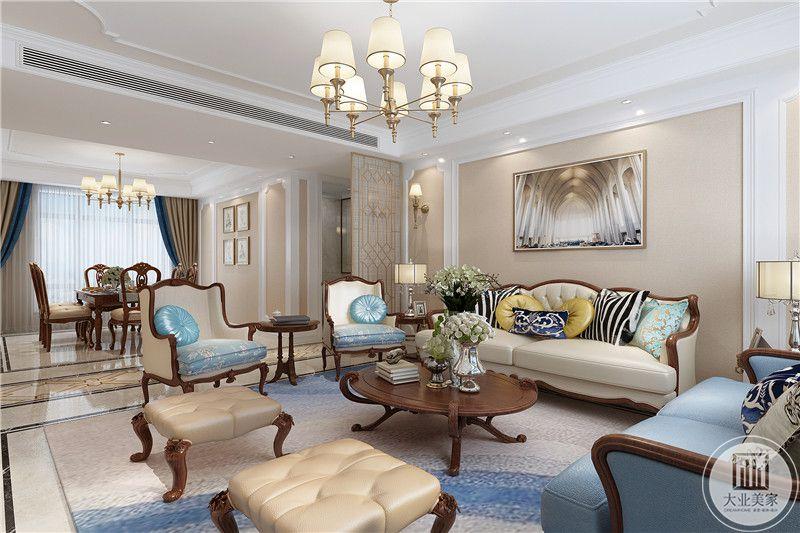 客厅整体色调是米色和蓝色的交织,没事流畅线条的皮质沙发围绕着小巧的木质圆桌