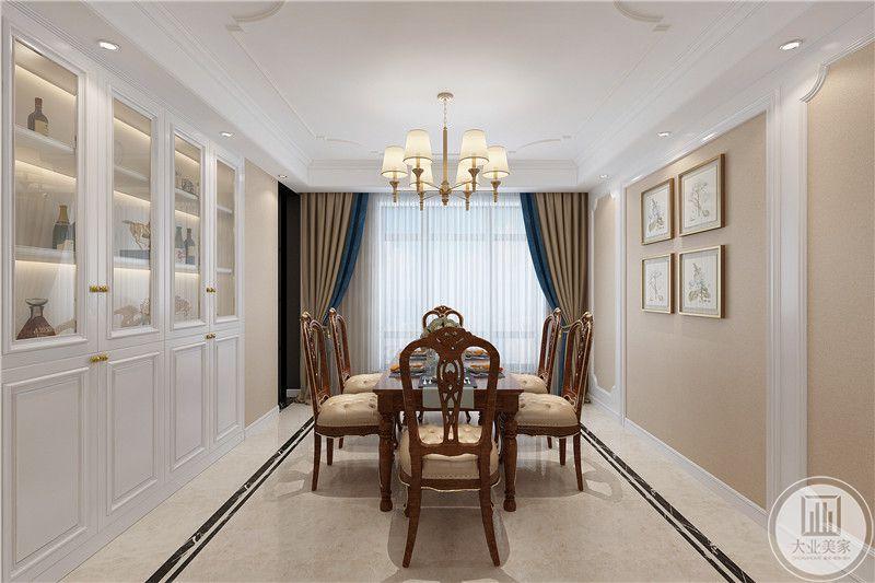 餐厅是在客厅的对角,米橙色与蓝色交织的窗帘优雅十足,餐桌左右侧是储物柜和装饰品