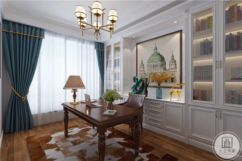 书房是简单的木质书桌椅,右侧是大大的落地窗