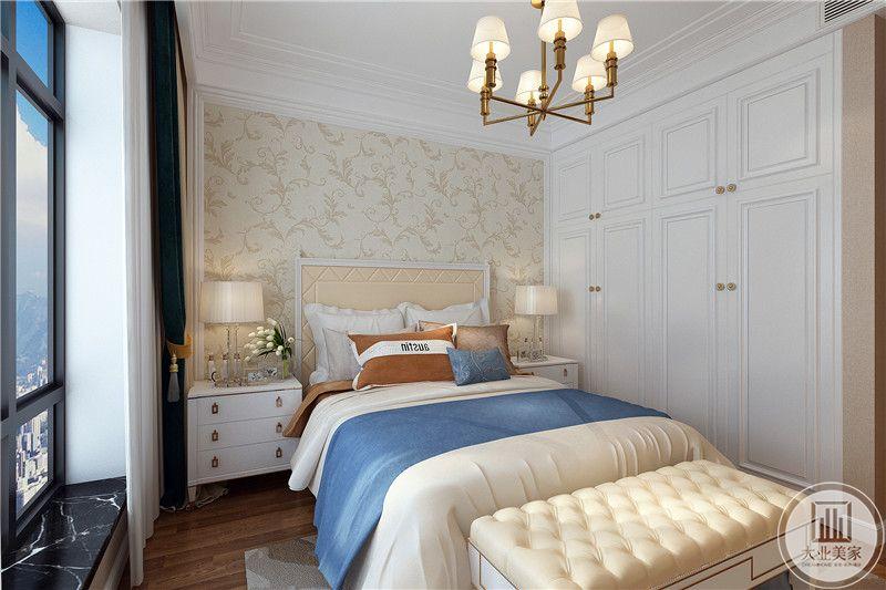 次卧是简单的单人床,穿透墙面是浅黄色的壁纸,与旁边乳白色的衣橱相得益彰