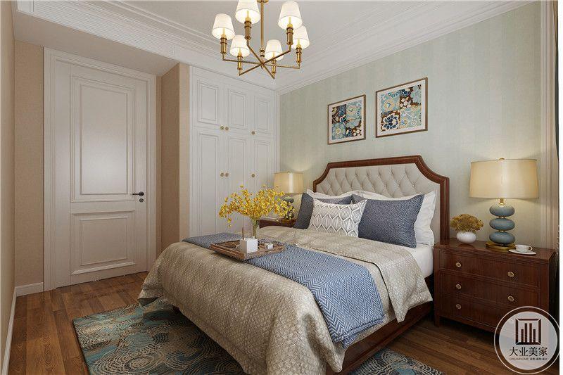 这间卧室布置是简单的小美式风格卧床旁边是深色的床头柜