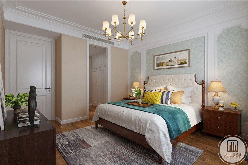 卧室床头墙是清新的浅绿色壁纸,其他墙面是淡橘色的漆面,整体效果十分小清新