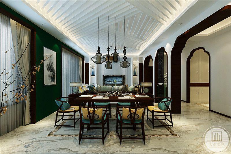 餐厅是中式的木质长桌和舒适的文人椅,客厅空间位于沙发后侧,设计师将客餐厅划分为一个大空间,巧妙地将这两个小空间分离开,吊灯是组合鸟笼的设计样式。餐厅左侧是一面深绿色的墙壁,装饰有挂画