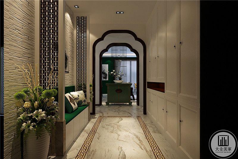 玄关是镂空的栅栏样式,绿色的玄关台上放有插花