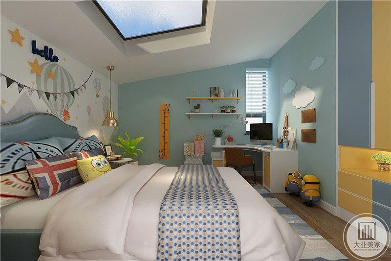 儿童房是浅蓝色调,抱枕是美式元素的样式,房间一角设置了书桌