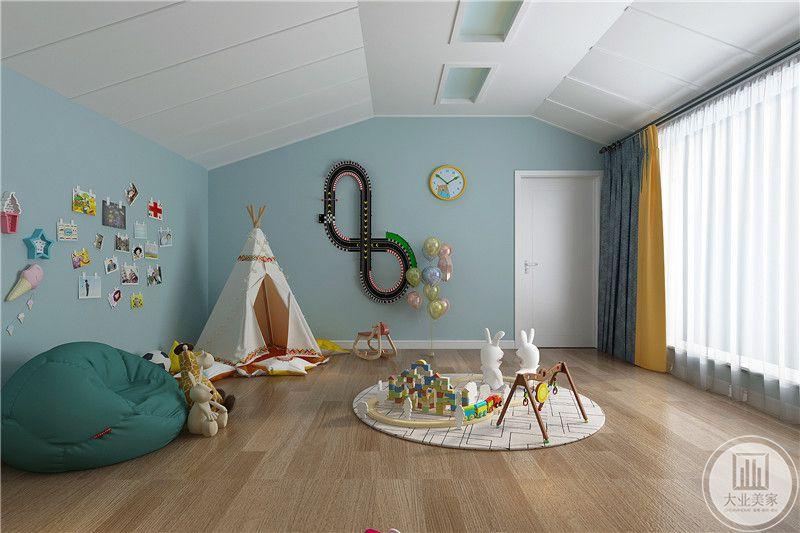 玩具反也是浅蓝的色调,有小帐篷,照片墙等儿童玩具