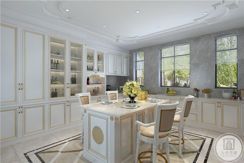 位于厨房的一套餐桌椅则比较休闲,均为如被色调与厨房整体风格相符