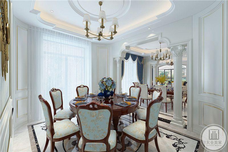 这一个餐桌则是较正式的圆桌,布置典雅优美,椅背与椅垫均是美式清新蓝色小碎花