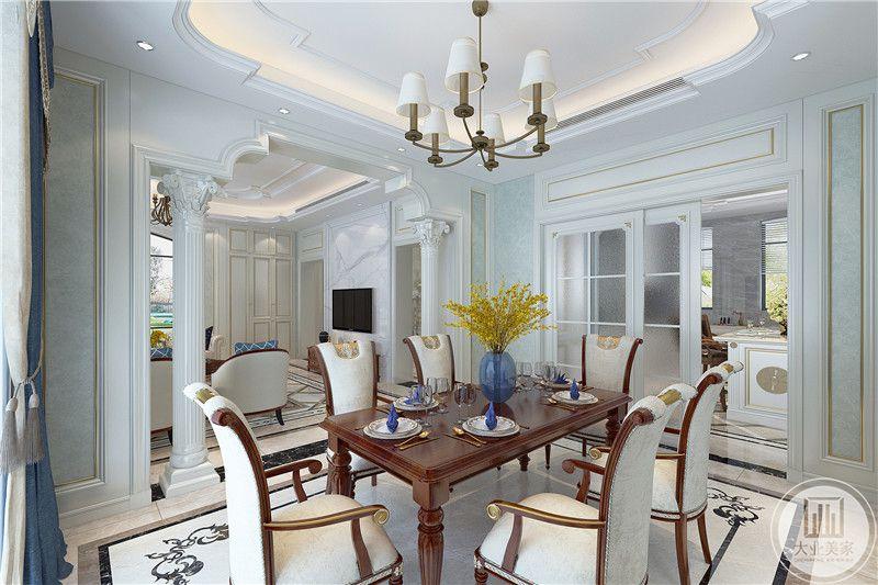 餐厅是经典的长桌六人座椅,与厨房用一道推拉门隔开