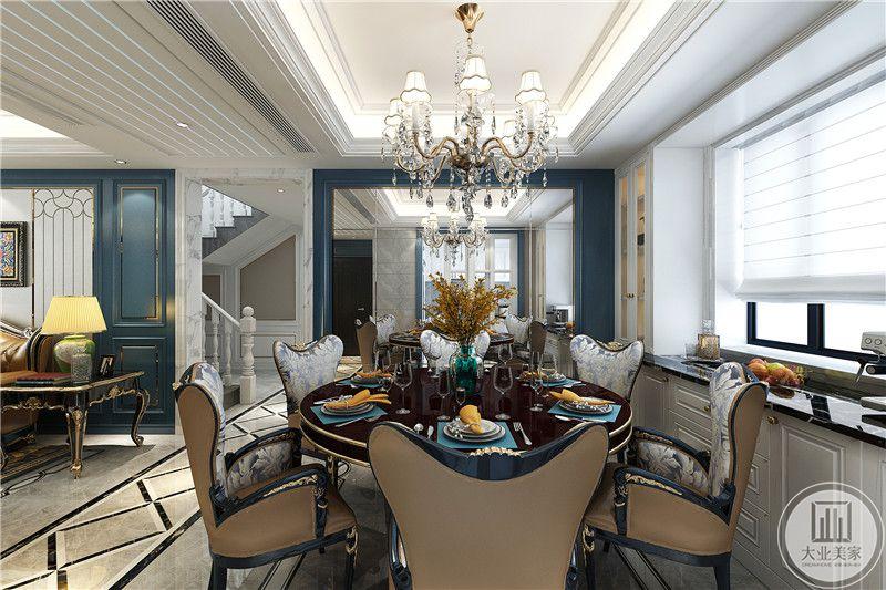 餐厅是圆形的六人桌,餐桌是暗红色的设计,典雅独孤,餐桌右侧是一扇百叶窗