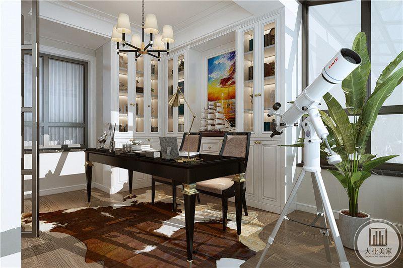 书房是白色的设计,只有书桌椅是黑棕色的木质,书房还放了一台望远镜,书桌后方还摆了一个帆船模型,看起来主人对航海和天文比较感兴趣